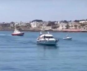 78 migranti sbarcano a Leuca. Lo yacht tenta la fuga ma viene bloccato