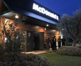 Rapina tra la folla al McDonald's. Due banditi armati seminano il terrore tra i clienti
