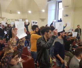 Lecce, contestazione al convegno organizzato con Tap ed Eni. Scontri con la Polizia all'esterno