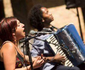 Maria Mazzotta e Bruno Galeone a San Cesario per un viaggio nei suoni del Mediterraneo